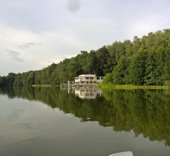 044 Ostatnie spojrzenie na naszą bazę - widok z jeziora.