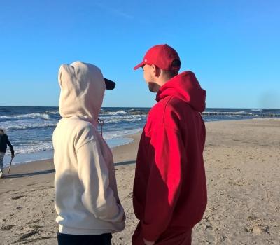 5. Wpatrzeni w morze.